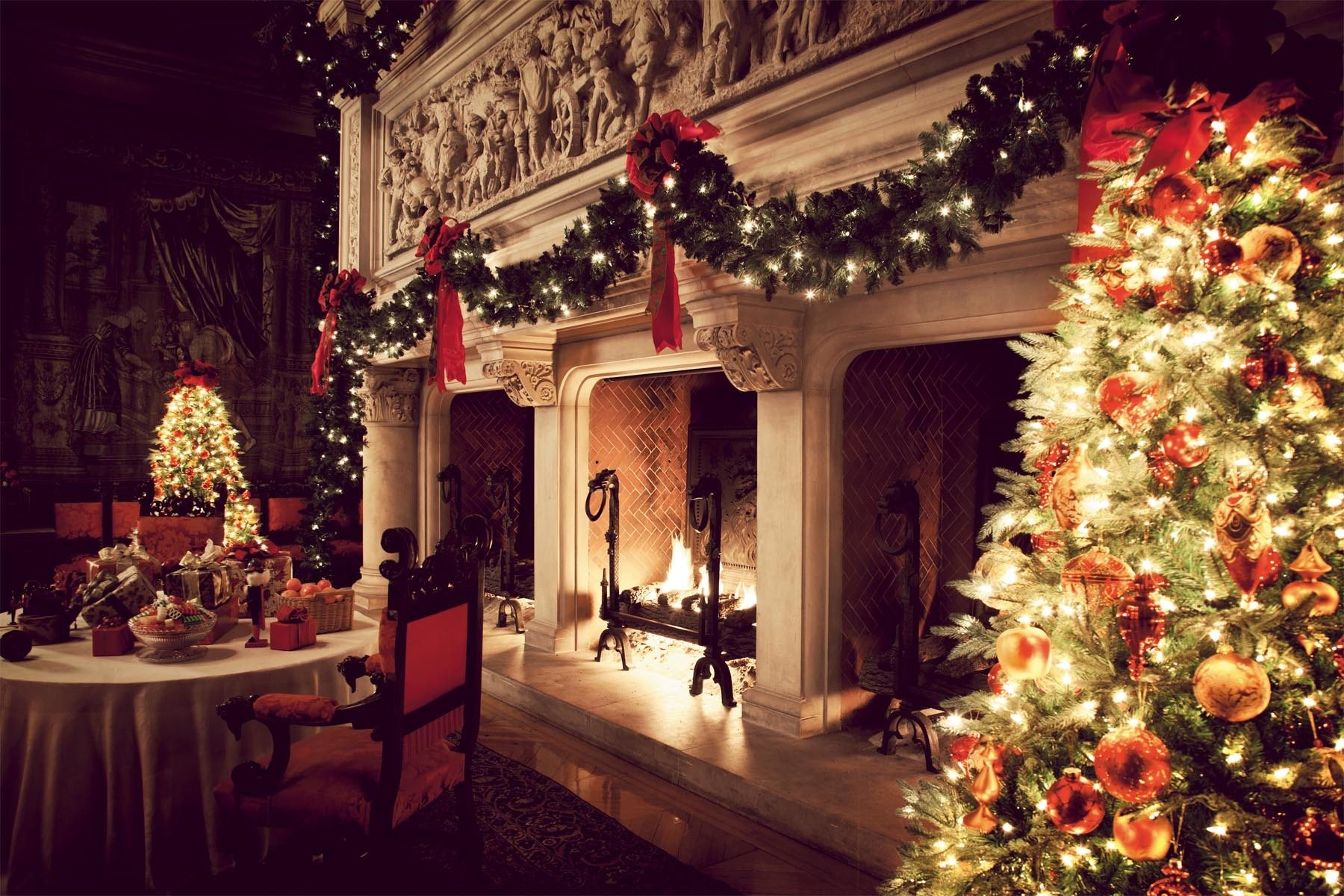 Biltmore fireplace at christmas skimbaco lifestyle for Home christmas decorations uk