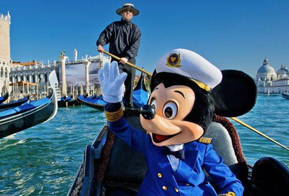 disney-venice-italy-mickey-mouse-in-gondola