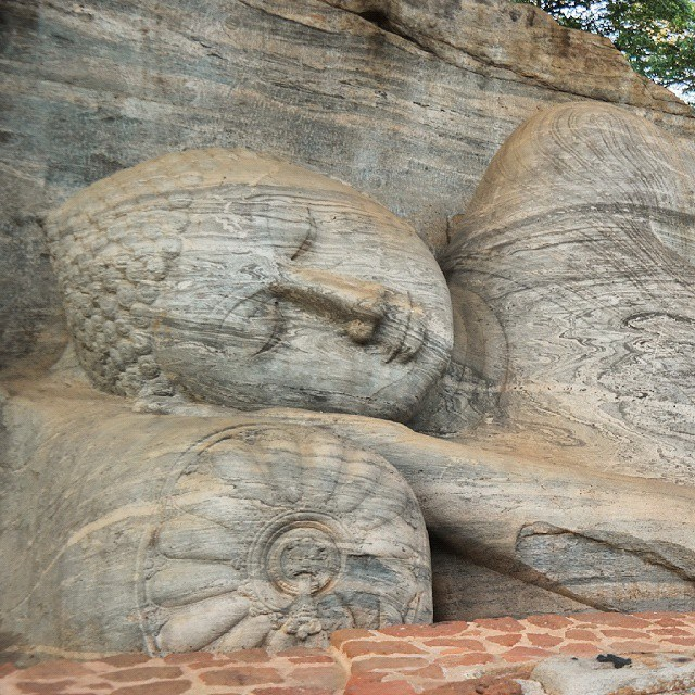 sri lanka statue