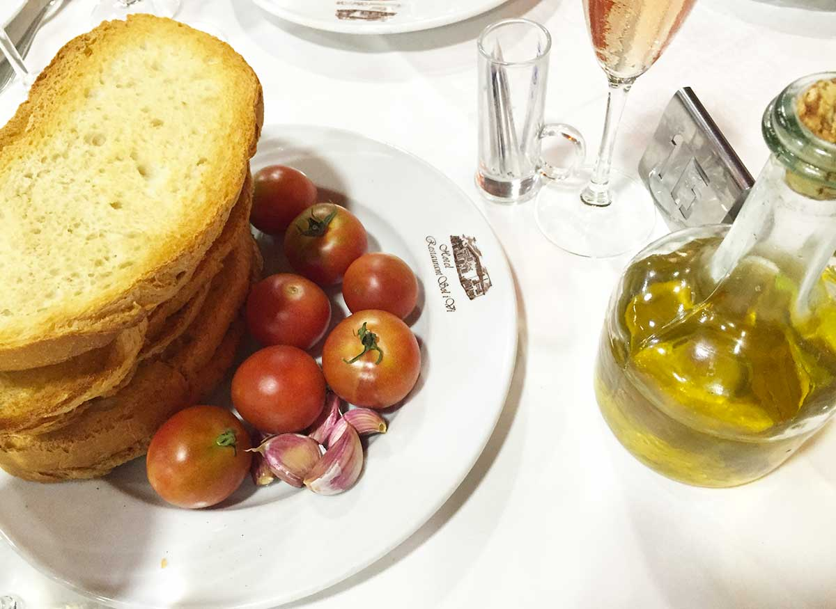 Catalan toast with tomato